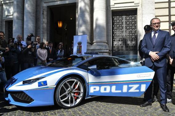 Le pdg d'Automobil Lamborghini, Stefano Domenicali, pose à côté de la Huracan de police au ministère de l'Intérieur d'Italie. (Photo : AFP)