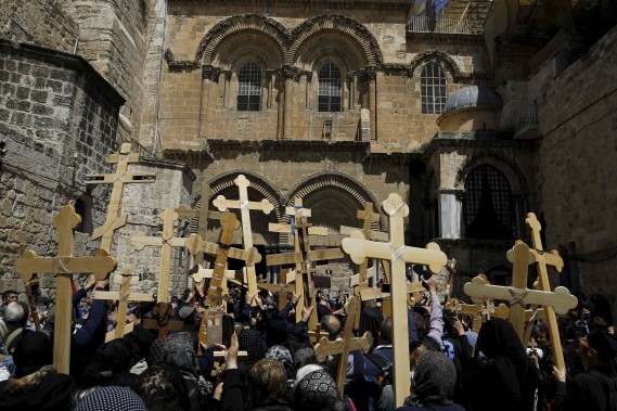 Des pèlerins s'apprêtent à pénétrer dans l'Église du Saint Sépulcre, à Jérusalem, vendredi. (AFP, MENAHEM KAHANA)