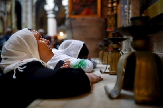 Des femmes prient à l'intérieur de l'Église du Saint-Sépulcre. (AFP, THOMAS COEX)