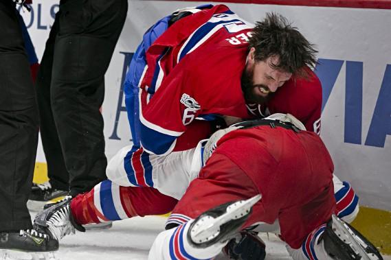 SheaWeber a jeté les gants devant J.T.Millerdes Rangers en deuxième période. Net avantage au joueur du Canadien! (Photo David Boily, La Presse)
