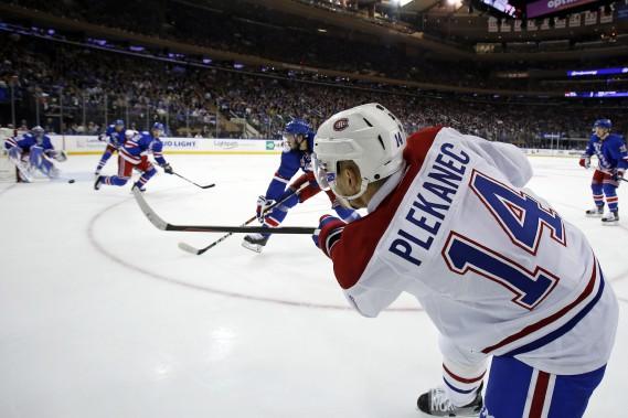 Tomas Plekanec prend une chance avec ce tir effectué dans un angle fermé, en première période. (Photo Adam Hunger, USA TODAY Sports)