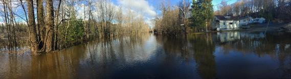 Ici, sur la rue Saint-Patrick à Rawdon, dans Lanaudière, c'est la rivière Ouareau qui est sortie de son lit. (PATRICK SANFAÇON, LA PRESSE)
