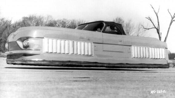 En 1958, le prototype Glideair de Ford était censé voler à quelques centimètres du sol, sur un coussin d'air. ()