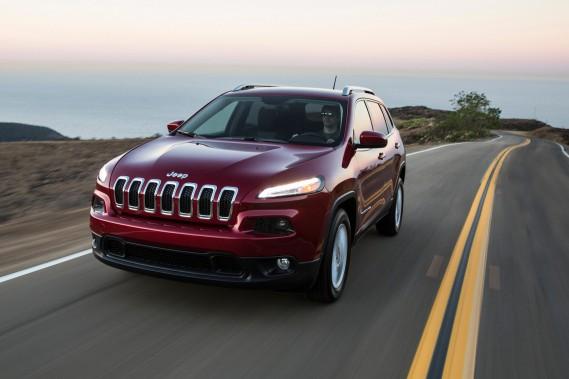 <strong>Les cinq niveaux de l'autonomie</strong> Pour que tout le monde s'y retrouve, la SAE distingue cinq niveaux de conduite autonome. Les voici, sous forme de cinq véhicules actuellement sur nos routes.<br /><strong>Niveau 1</strong>À ce niveau, on parle de conduite très légèrement assistée, pour deux tâches précises, comme le freinage automatique. Le Jeep Cherokee ajoute à cela une correction de la direction si on tente de quitter la voie sans clignoter. (Photo : Fiat Chrysler)