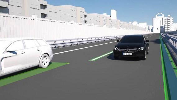 <strong>Niveau 2</strong> Daimler appelle sa technologie Drive Pilot. Elle s'apparente à l'Autopilot de Tesla et se trouve actuellement intégrée à sa berline de Classe E. Combinant régulateur de vitesse adaptatif et direction, Drive Pilot permet à la voiture de se conduire elle-même, pour environ 30 secondes. (Photo : Daimler)