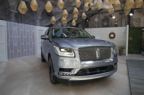 Ford a dévoilé le Lincoln Navigator 2018 avant le Salon de l'auto de New York.Avec ce nouveau Navigator, Lincoln élève son niveau de jeu pour mieux concurrencer le Cadillac Escalade et les autres gros VUS de General Motors. (AP)