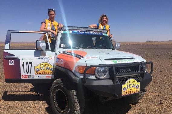 Stéphanie Pérusse (à droite) et Céline Véga-Roïatti durant une pause du 27e rallye des Gazelles, le mois dernier, où elles ont terminé au troisième rang dans leur catégorie. ()