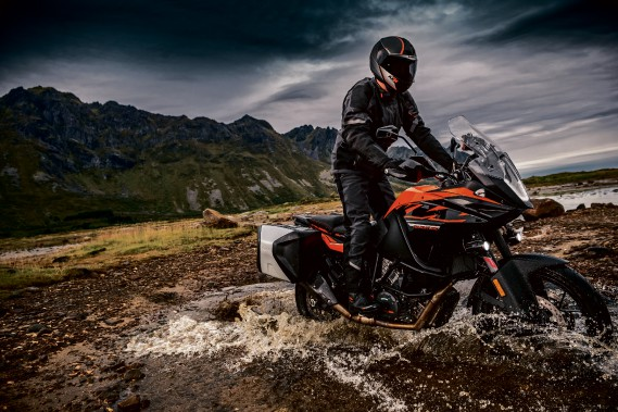 KTM 1090 Adventure R. La rivière à traverser à gué est en option. (Photo : KTM)