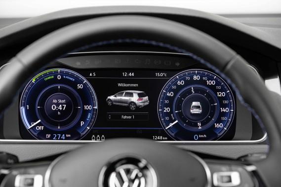 Volkswagen annonce une autonomie réelle de 200km, mais en adoptant une conduite plus anticipative et contrôlée, l'e-Golf peut très certainement parcourir plus que la distance annoncée. D'autant plus qu'il est relativement aisé de récupérer quelques kilomètres ici et là en modifiant légèrement certaines habitudes de conduite. ()