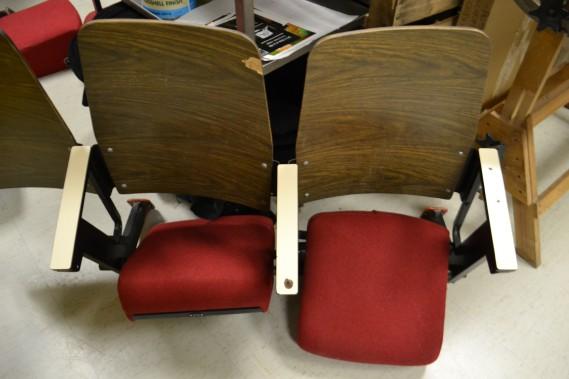 Au plaisir des étudiants rencontrés, les sièges, vieux de plus de 40 ans, ont été remplacés par des bancs au look plus jeune. Quelques anciens bancs seront néanmoins conservés en souvenir de l'époque. (Claudie Laroche)
