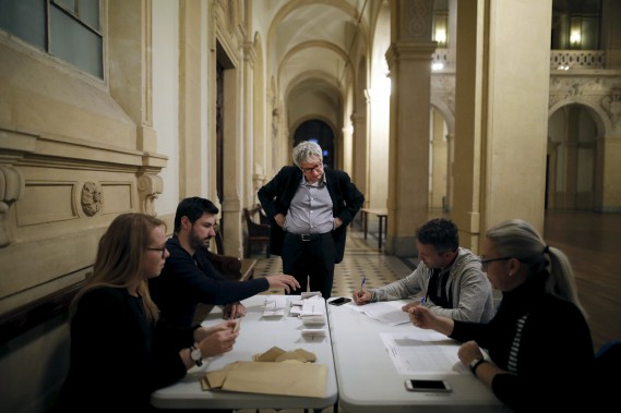 Des bénévoles dépouillant le vote à Lyon, en France. (AP, Laurent Cipriani)