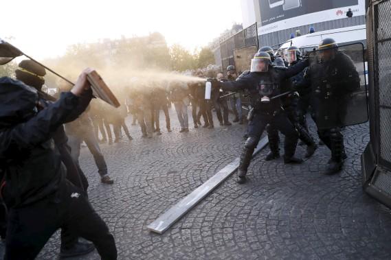 Des protestations anti-fascistes ont éclaté à Paris, et elles ont été réprimées par la police anti-émeute. (AFP, Thomas Samson)