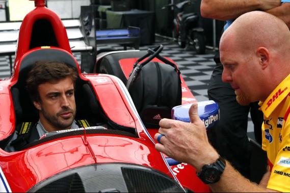 Le pilote de Formule 1 discute avec un technicien de l'écurie Andretti alors qu'on ajuste le cockpit d'une voiture d'IndyCar dimanche à Birmingham, avant le GP d'Alabama. Alonso a assisté à la course en préparation aux 500 milles d'Indianapolis, qui aura lieu le 28 mai. Il aura peu d'occasions de se familiariser avec la voiture avant la course. (photo AP)