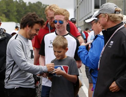 Le pilote de F1 Fernando Alonso signe un autographe à un fan d'IndyCar avant le GP de l'Alabama dimanche à Birmingham. (AP)