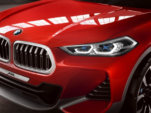 <strong>BMW X2</strong>Oubliez les DEL. BMW préfère opter pour des phares lasers ! Trois diodes bleues projettent un faisceau lumineux concentré sur des miroirs qui éclairent l'avant du véhicule. Le tout est mille fois plus brillant que des phares à DEL comparables. On a vu ces phares sur le coupé branchable i8, et plus récemment à l'avant du concept X2. (Photo BMW)