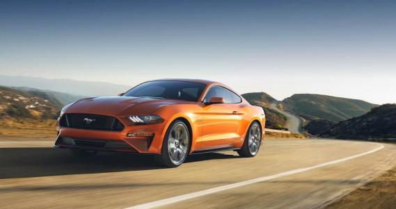 <strong>Ford Mustang</strong>Ford a revu la silhouette de son coupé Mustang pour 2018, qui héritera du même coup de DEL tant à l'avant qu'à l'arrière. Mais c'est le poney qui s'illumine au sol au pied des portes, introduit en 2015, qui demeure l'effet visuel le plus original sur ce modèle. (Photo Ford)
