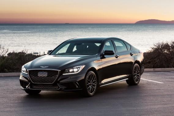 <strong>Genesis G80</strong>La nouvelle marque de luxe du groupe Hyundai compte en mettre plein la vue. La berline G90 aussi. Il suffit de s'approcher avec la clé en poche pour que des DEL s'illuminent de chaque côté du véhicule, que les portes se déverrouillent, et que son logo ailé s'imprime au sol. On sent que ces projections latérales seront très tendance ces prochaines années... (Photo Hyundai)