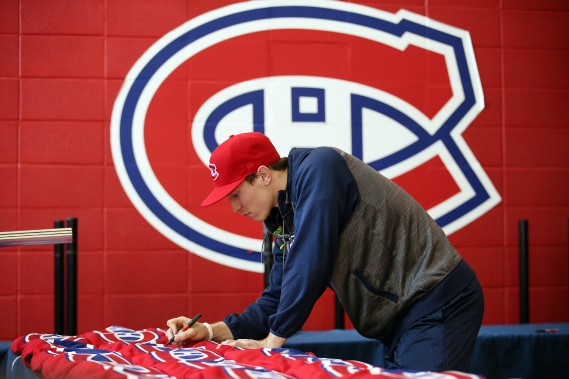 Brendan Gallagher signe des chandails. (Photo Martin Chamberland, La Presse)
