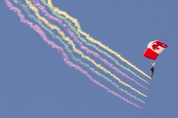 La performance des parachutistes des SkyHawks (Martin Roy, Le Droit)