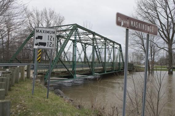 Le niveau de la rivière Maskinongé se rapproche du pont Cartier-Ross, situé dans la partie sud de la municipalité de Maskinongé. (Stéphane Lessard, Le Nouvelliste)