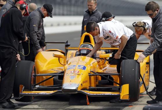 Le pilote de F1 Fernando Alonso s'apprête à faire son premier tour de piste sur le circuit des 500 milles d'Indianapolis, ce matin. (Photo : AP)