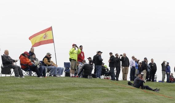 L'Espagne et la F1, c,est bien loin du Midwest américain, mais des fans de Fernando Alonso faisant flotter le drapeau d'Espagne ont assisté aux essais. (AP)