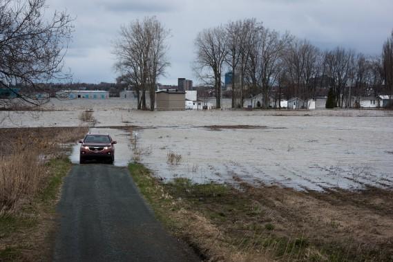 L'eau du fleuve Saint-Laurent envahit peu à peu les terres riveraines à Bécancour. (François Gervais, Le Nouvelliste)