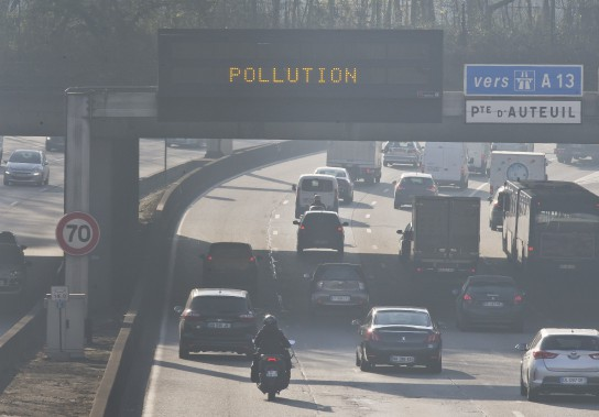 En décembre dernier, la mairie de Paris a interdit la moitié des véhicules circulant normalement dans la ville. Seules les voitures immatriculées pair pouvaient rouler les jours pairs, les jours impairs, c'était le tour des voitures à plaque impaire. (AP)