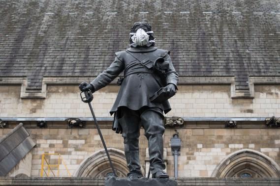 Un masque anti-pollution artistiquement décoré a été mis sur la statue d'Oliver Cromwell, à la porte du parlement de Londres le 18 avril 2016. Dieu seul sait quel traitement le régicide de Charles 1er réserverait aux conducteurs de VUS diesel. (AFP)