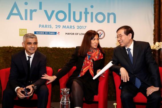 La mairesse de Paris, Anne Hidalgo, le maire de Londres, Sadiq Khan (à g.) et le maire de Séoul, Park Won-soon, ont participé à un sommet des grandes villes contre la pollution à Paris le 29 mars 2017. (REUTERS)