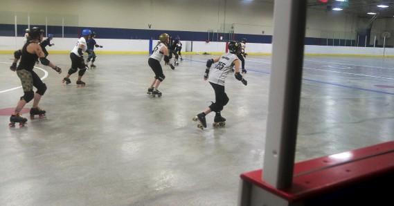 Les joueuses peuvent se servir de leurs épaules, hanche et torse pour effectuer des blocs légaux. Les coups portés entre les cuisses et le bas du cou sont tolérés, sauf au dos. (Étienne Ranger, Le Droit)