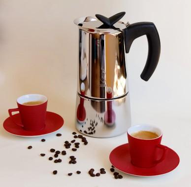 Dégustez un espresso dans la plus pure tradition italienne. Cafetière italienne Bialetti (10 tasses), ensemble de deux tasses espresso avec soucoupes Dolce Vita de BIA Cordon Bleu. (Mélissa Bradette)
