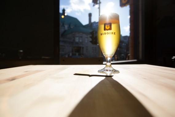 Un verre de Gros plateau, une triple belge du nouveau monde à 9 %. Les bières seront fabriquées à Sherbrooke puis livrées par camion à Montréal. On retrouvera une dizaine de variétés sur les pompes. (Photo Ninon Pednault, La Presse)