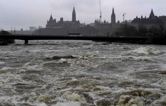 La rivière Ottawa était très haute, samedi. (La Presse canadienne, Justin Tang)