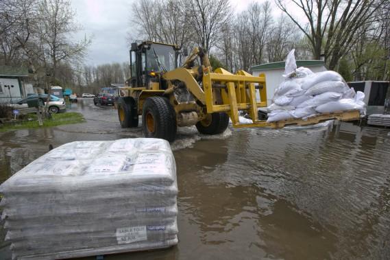 Les travailleurs de la Ville de Montréal livrent des sacs de sable aux résidents qui en ont fait la demande, à l'Île-Bizard. (La Presse, DAVID BOILY)