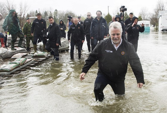 Le premier ministre Philippe Couillard s'est rendu à Rigaud, samedi, avec plusieurs de ses ministres. (La Presse canadienne, Graham Hughes)