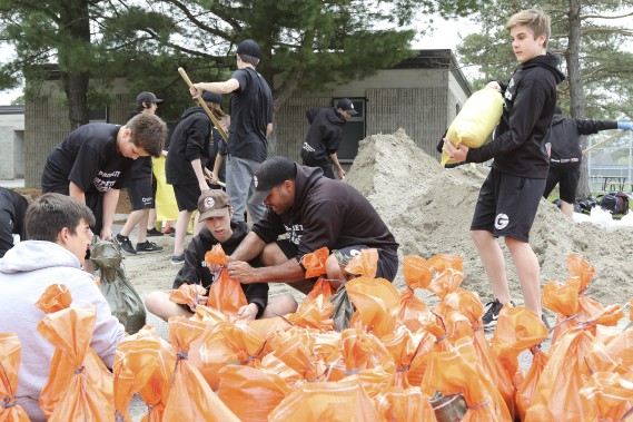 Des jeunes d'une école préparent des sacs de sable, à Gatineau. (LeDroit, PATRICK WOODBURY)