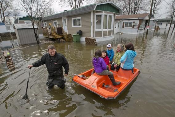 La famille Pilon est évacuée de l'Île-Bizard. (La Presse, DAVID BOILY)