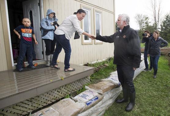 Le premier ministre Philippe Couillard s'est rendu à Rigaud, samedi, où il a rencontré des sinistrés. (La Presse canadienne, Graham Hughes)