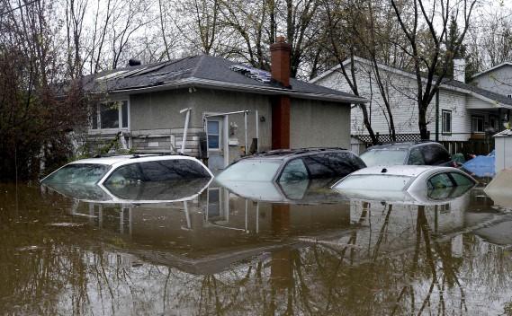 Des voitures submergées à Gatineau. (La Presse canadienne, Justin Tang)