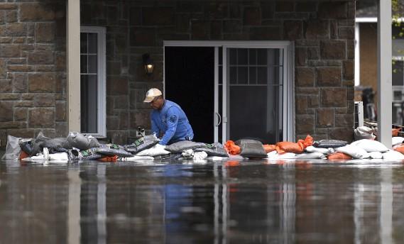 Le niveau de l'eau était très élevé, samedi, à Gatineau. (La Presse canadienne, Justin Tang)