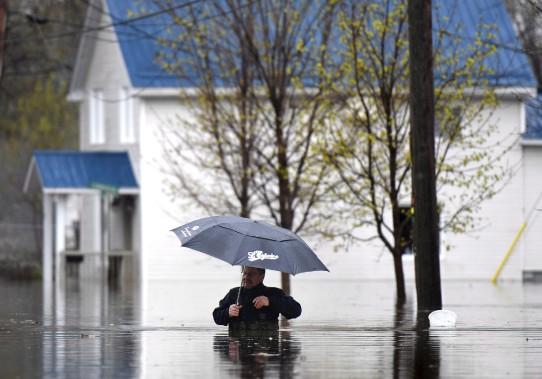 Un homme circule dans une rue de Gatineau. (La Presse canadienne, Justin Tang)