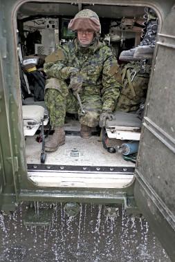Les soldats sont là pour aider la population. (PATRICK WOODBURY, Le Droit)