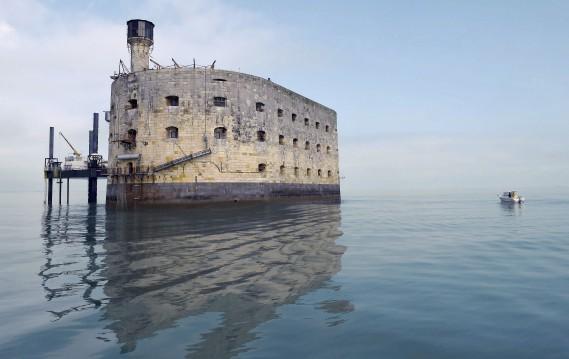 Posé tel un anneau ovale au milieu des eaux face à la côte Atlantique française, le Fort Boyard est devenu célèbre dans le monde entier grâce à la télévision. (AFP, MEHDI FEDOUACH)