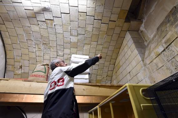 Le directeur de l'immobilier et de la logistique du Conseil départemental de Charente-Maritime, Thierry Blumereau, examine l'intérieur du Fort Boyard. (AFP, MEHDI FEDOUACH)