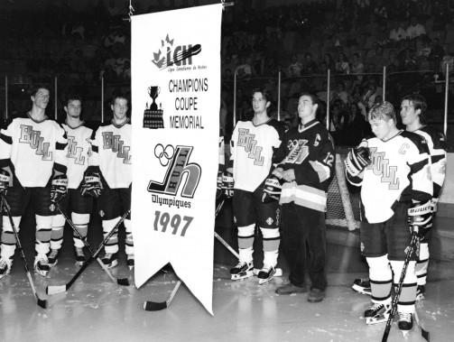 Avant le match d'ouverture à domicile de la saison suivante, les Olympiques soulèvent la banière de leur conquête de la Coupe Memorial. (Archives, Le Droit)