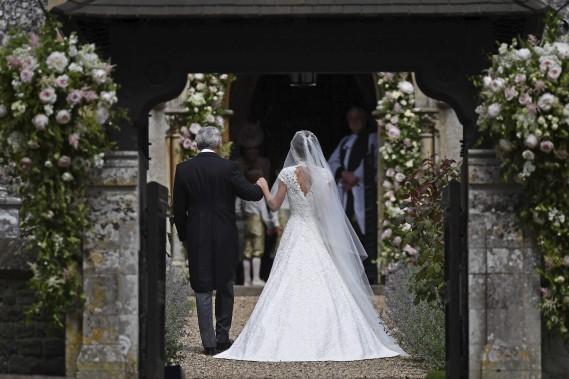 Michael Middleton marche avec sa fille Pippa Middleton à leur arrivée à l'église Saint-Marc de Englefield, en Angleterre. (Justin Tallis/Pool Photo via AP)