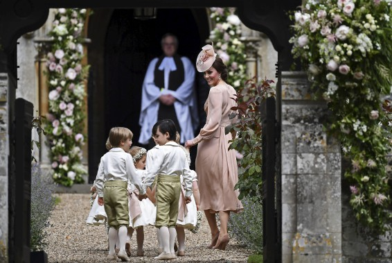 La duchesse Kate Middleton guide les enfants à l'intérieur de l'église. (Justin Tallis/Pool Photo via AP)