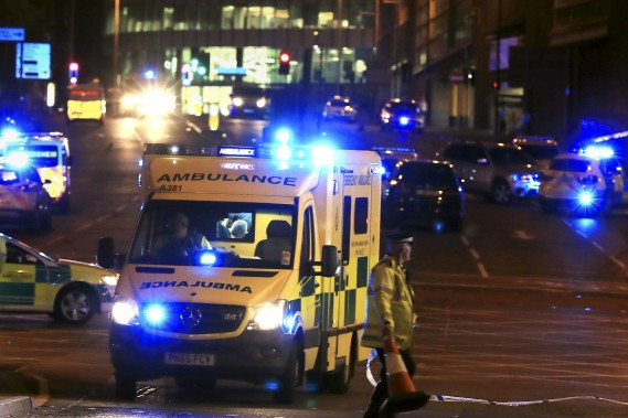 Des ambulanciers près du Manchester Arena, où a eu lieu l'explosion. (AP, Peter Byrne)