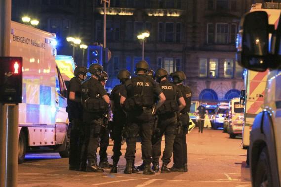 Des policiers armés se réunissent près du Manchester Arena après l'explosion qui a fait au moins 19 morts. (AP, Peter Byrne)